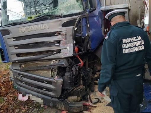 Zderzenie ciężarówek na łuku drogi